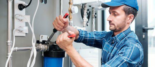 un plombier en urgence